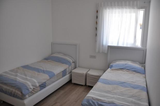 דירת יוקרה שלושה חדרי שינה עם נוף לים.