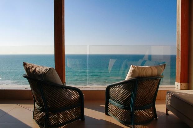Студия с балконом на море.